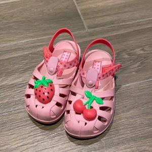 Ipanema girl pink sandals with with berries size 8